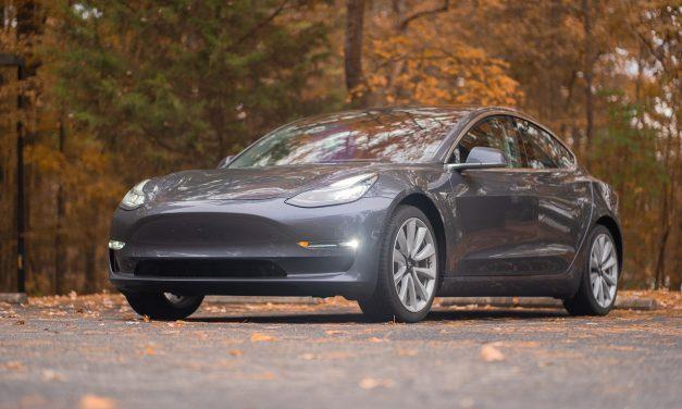 Tesla 3 tvoří třetinu EV prodejů v Británii